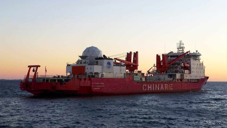 Kiina pyrkii vahvistamaan läsnäoloaan napa-alueilla. Jäänmurtaja Xue Long palaamassa Antarktikselta. Kuva: Bahnfred / Wikimedia Commons