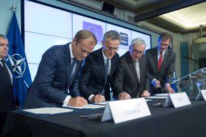 Eurooppa-neuvoston puheenjohtaja Donald Tusk, Euroopan komission puheenjohtaja Jean-Claude Juncker ja Naton pääsihteeri Jens Stoltenberg allekirjoittivat Nato-huippukokouksessa yhteisen julistuksen EU:n ja Naton yhteistyöstä. Kuva: Nato