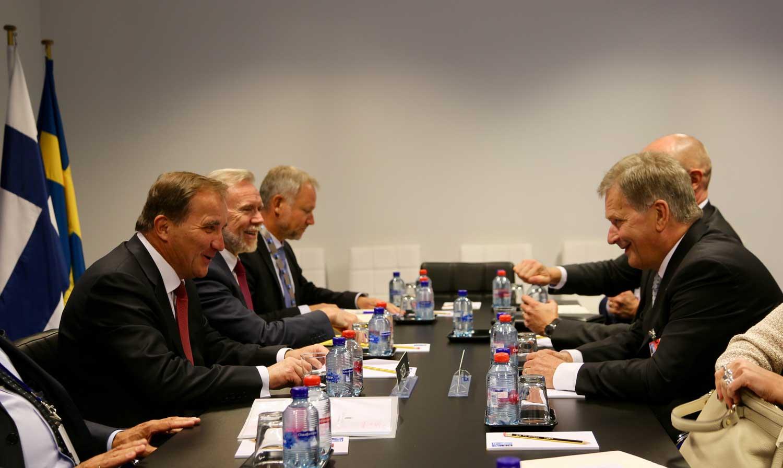 Kahdenvälisen Suomi–Ruotsi-puolustusyhteistyön lisäksi maat toimivat yhdessä myös Naton kumppanimaina. Presidentti Niinistö ja Ruotsin pääministeri Stefan Löfven Nato-huippukokouksessa Brysselissä. Kuva: tasavallan presidentin kanslia