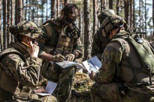 Suomalaiset ja yhdysvaltalaiset sotilaat yhteisessä käskynjaossa Arrow 18 -harjoituksessa. Kuva: Puolustusvoimat