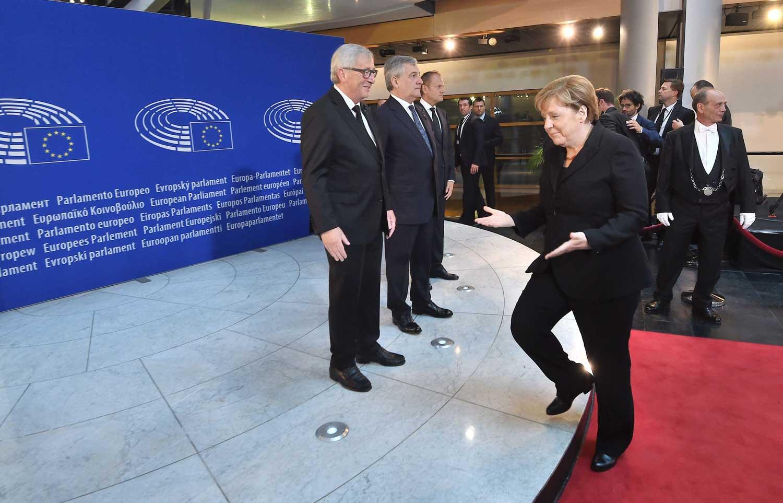 Kolmen EU:n keskeisimmän puheenjohtajan lisäksi suurimpien jäsenvaltioiden päämiehillä on keskeinen merkitys EU:n johtajuudessa. Kuvassa Saksan liittokansleri Merkel astuu kuvattavaksi yhdessä Euroopan komission, parlamentin ja Eurooppa-neuvoston puheenjohtajien kanssa ennen Euroopan yhdentymisen merkkihenkilön, liittokansleri Helmut Kohlin muistoseremonian alkamista Euroopan parlamentissa Strasbourgissa. Kuva: Sebastien Bozon / AFP / Lehtikuva