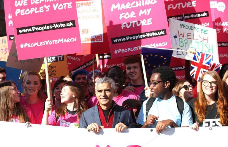Uutta brexit-kansanäänestystä vaativa People's Vote March -mielenosoitus keräsi lokakuun lopussa yli puoli miljoonaa mielenosoittajaa Lontoon kaduille, mukanaan mm. kaupungin pormestari Sadiq Khan (keskellä). Kuva: Yui Mok / PA Photos / Lehtikuva