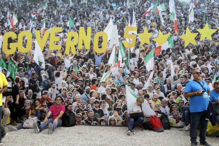 Italialaisen populistipuolueen Viiden tähden liikkeen kannattajat kokoontuivat lokakuun lopussa Roomaan kahden päivän kokoontumiseen antiikin Circus Maximus -areenan raunioille muovautuneeseen puistoon. Kuva: Gregorio Borgia / AP Photo / Lehtikuva