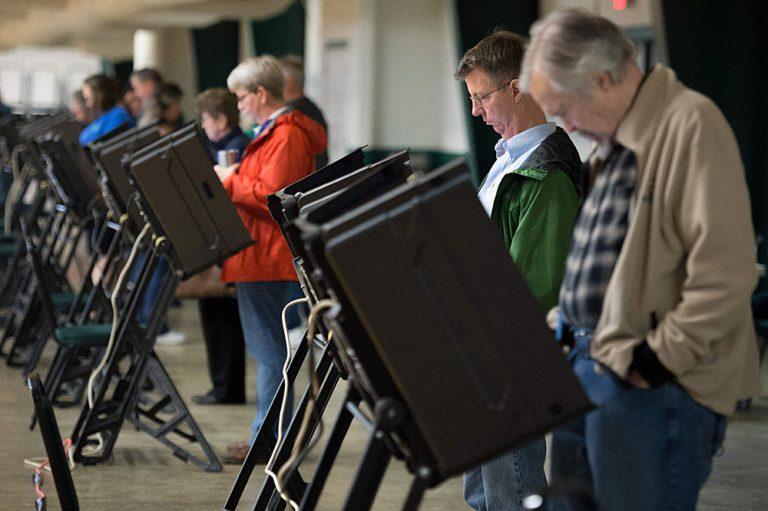 Sähköinen äänestäminen ja äänestyskoneetovat yleisiä Yhdysvalloissa. Ne helpottavattulosten käsittelyä, mutta ne tuovat mukanaanturvallisuuteen ja toimintavarmuuteen liittyviäriskejä, jotka voivat aiheuttaa suuria luotettavuusongelmia. Kuva: Michael B. Thomas/AFP/Lehtikuva