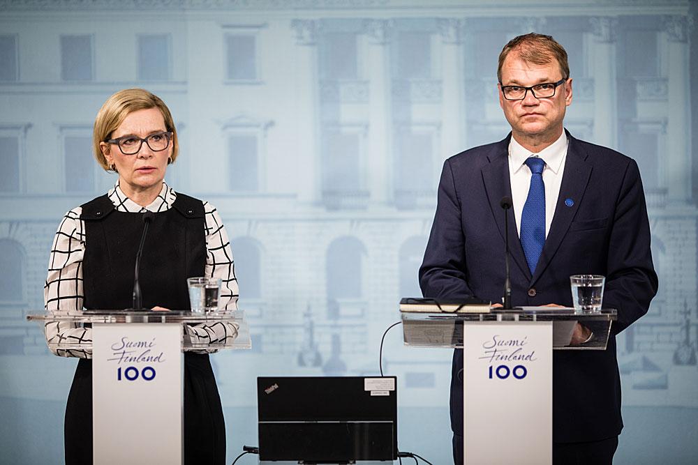 Erityisesti häiriötilanteissa ja poikkeusoloissa on annettava tehokkaasti ja oikea-aikaisesti luotettavaa ja selkeää tietoa riittävästi, jotta vältyttäisiin huhuilta ja vähennetään mahdollisuutta levittää väärää tietoa tarkoituksella. Kuvassa pääministeri Sipilä ja silloinen sisäministeri Risikko tiedotustilaisuudessa Turun terrori-iskusta 19.8.2017. Kuva: Laura Kotila, valtioneuvoston kanslia