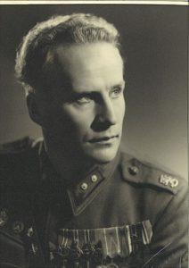 Tenori ja oopperanjohtaja, kenraali Pajarin adjutantti Alfons Almi siirtyi jatkosodassa rintamalta taisteluasemista suoraan Carmenin Don Josen rooliin.
