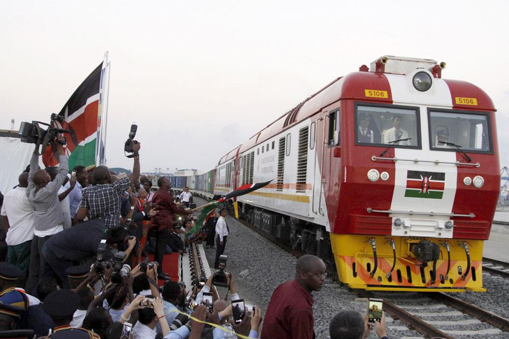 Mombasan ja Nairobin välinen raideyhteys valmistui keväällä 2017 kiinalaisen urakoitsijan ja lainarahan vaikutuksella. Yhteys on maan itsenäistymisen jälkeisen ajan kallein infrastruktuurihanke. Afrikan sisäosien ja Intian valtameren välisen yhteyden kehittäminen edistää paitsi alueen maiden omaa myös Kiinan kauppaa ja vaikutusvaltaa. Kuva: Khalil Senosi / AP / Lehtikuva