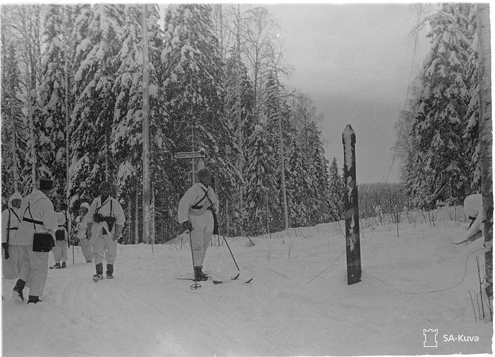 Vastuu rajojen valvonnasta palautettiin Rajavartiolaitokselle välirauhan ajaksi. Kuvassa valtakunnan raja Lieksan Inarissa talvella 1940. Kuva: SA-kuva