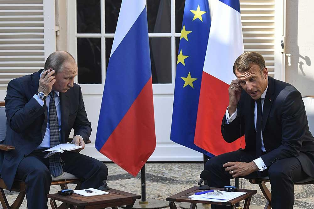 Venäjän presidentti Vladimir Putin vieraili Ranskassa presidentti Emmanuel Macronin vieraana 19.8.2019. Seuraavana päivänä Yhdysvaltojen presidentti Donald Trump ilmaisi kannattavansa Venäjän ottamista takaisin G8-ryhmään. Myöhemmin samalla viikolla Macron isännöi G7-huippukokousta. Kuva: Gerard Julien/AP/Lehtikuva