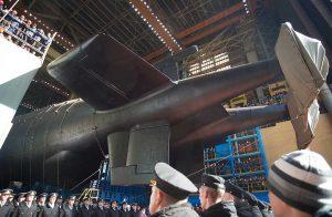 Venäjä laski huhtikuussa vesille maailman suurimman sukellusveneen, ydinkäyttöisen Belgorodin. Sukellusvene pystyy kantamaan kuutta Poseidon-torpedoa. Torpedot voidaan varustaa ydinkärjellä ja niitä on mahdollista käyttää kauko-ohjattuina tai itsestään ohjautuvina. Kuva: Oleg Kuleshov/Tass/GettyImage
