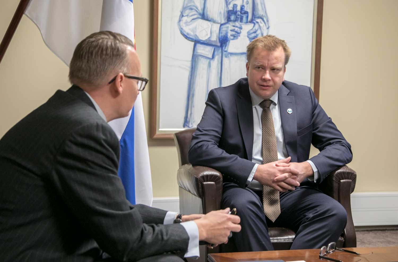 Haastateltavana puolustuministeri Antti Kaikkonen. Kuva Tiina Takala / puolustusministeriö