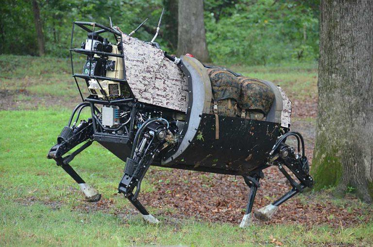 """LS3 (Legged Squad Support System) on DARPA:n ohjelmassa kehitetty """"robottimuuli"""", joka kantaa lähes 200 kg varusteita ja mm. toimii sensorialustana merijalkaväen partion tukena. Ohjelma ei johtanut operatiiviseen järjestelmään, mutta vastaavat robottiteknologiat ja mm. niiden tekoälyalgoritmeihin perustuvat autonomiset toiminnot ovat edelleen intensiivisen tutkimuksen kohteena. Vaikka länsimaissa on eettisiä pidäkkeitä """"tappajarobottien"""" kehittämiseen, on niiden ilmestyminen taistelukentälle vain ajan kysymys. Kuva: DARPA"""