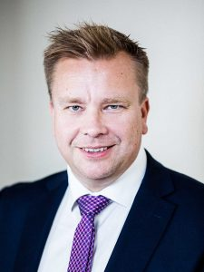 Haastateltava puolustusministeri Antti Kaikkonen