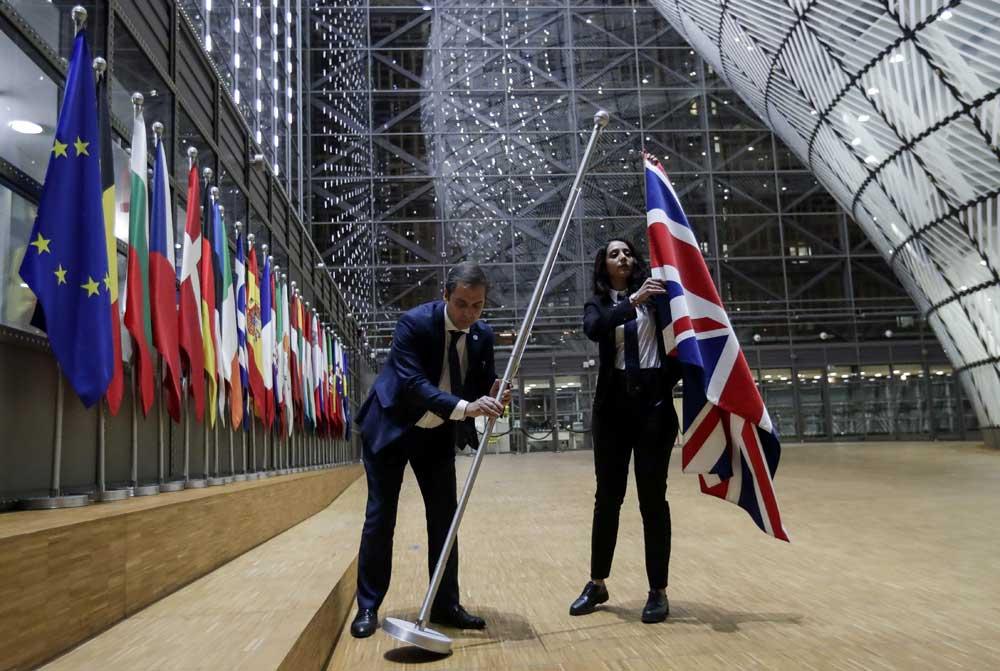 Yhdistyneen kuningaskunnan lippu laskettiin tammikuun viimeisenä päivänä alas jäsenmaiden lippurivistä Eurooppa-neuvoston päätoimipaikan Europa-rakennuksen aulasta. Kuva: Olivier Hoslet / Reuters / Lehtikuva