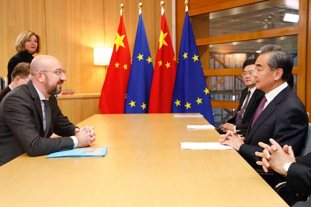 Eurooppa-neuvoston puheenjohtaja Charles Michel tapasi Kiinan ulkoministerin Wang Yin Brysselissä 16.‒17. joulukuuta 2019. Vierailun aikana keskusteltiin muun muassa EU:n ja Kiinan välisen vapaakauppasopimuksen mahdollisuudesta. Kuva: Euroopan unioni