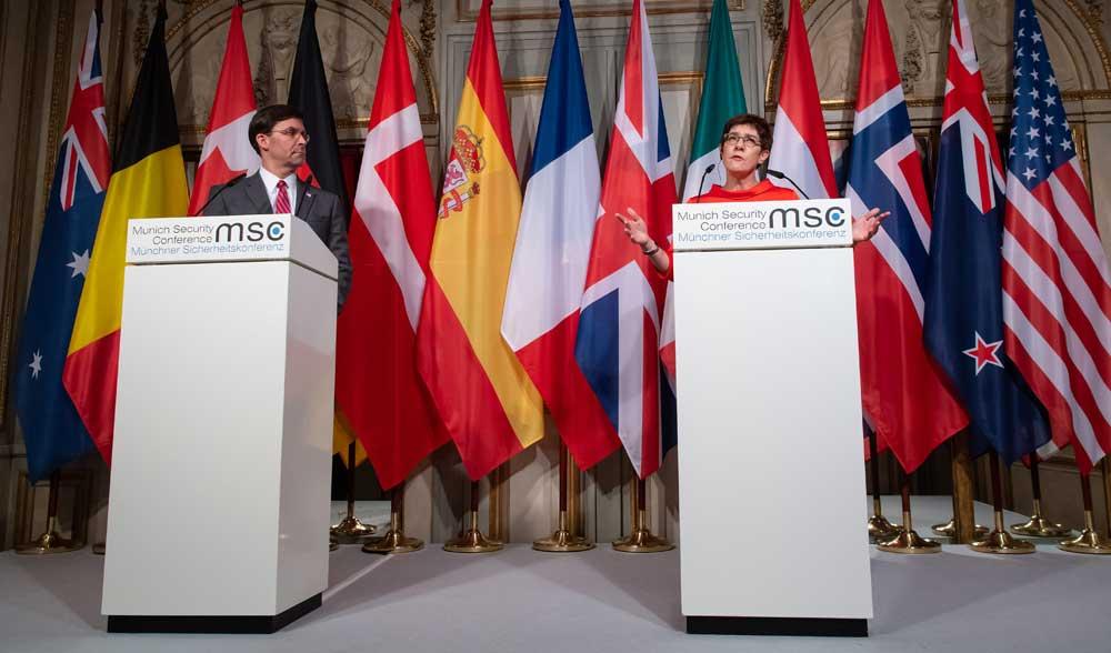 Saksan puolustusministeri Annegret Kramp-Karrenbauer osallistui mediatilaisuuteen Yhdysvaltojen puolustusministerin Mark Esperin kanssa Münchenin turvallisuuskonferenssin ensimmäisenä päivänä 14. helmikuuta 2020. Neljä päivää aiemmin hän oli ilmoittanut jättävänsä puolueensa CDU:n puheenjohtajuuden ja ettei ole käytettävissä liittokansleriksi. Hän kuitenkin toivoo voivansa jatkaa ministerinä. Sven Hoppe / DPA / Lehtikuva