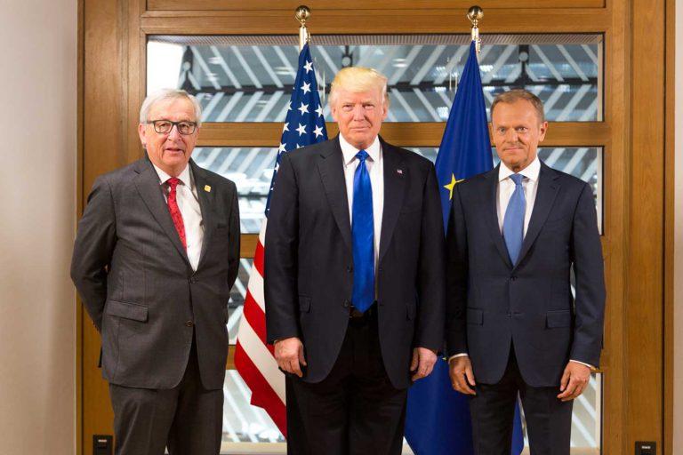 Presidentti Trump tapasi Euroopan komission puheenjohtaja Jean-Claude Junckerin ja Eurooppa-neuvoston puheenjohtaja Donald Tuskin Brysselissä 25.5.2017. Kuva: Official White House Photo / Shealah Craighead.
