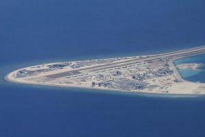 Kiinalaisten ovat rakentaneet tekosaaren Subi-riutasta Spratlysaarilla. Huhtikuussa 2017 otetussa kuvassa näkyvät lentokentän lisäksi useita rakennuksia. Kuva: Bullit Marquez/AP/Lehtikuva.