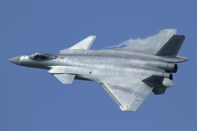 Kiinan kansantasavallan uusinta ilmavoimien kalustoa edustaa Chengdu J-20-hävittäjä, jonka kiinalainen media uutisoi helmikuussa saavuttaneen taistelukelpoisuuden. Kuva: Alert5/Wikimedia Commons.