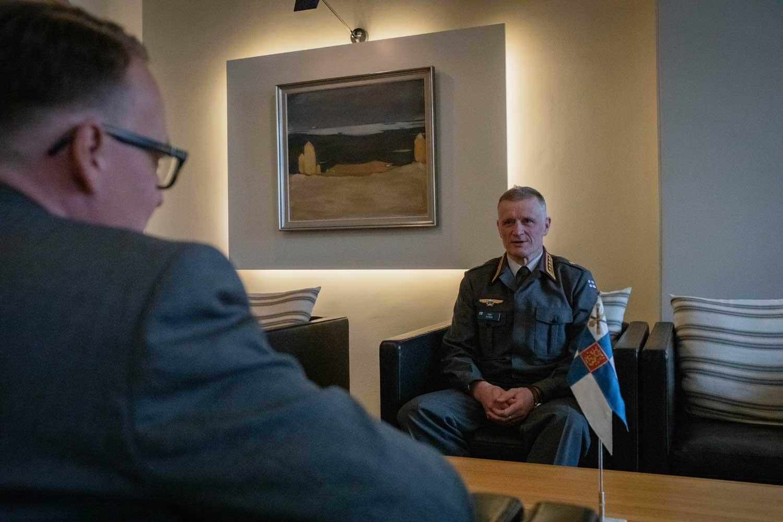 Päätoimittaja Pete Piirainen haastattelee kenraali Timo Kivistä.
