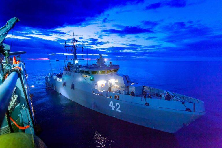 Miinantorjunta-alus Vahterpää yöllä Northern Coasts -harjoituksessa.