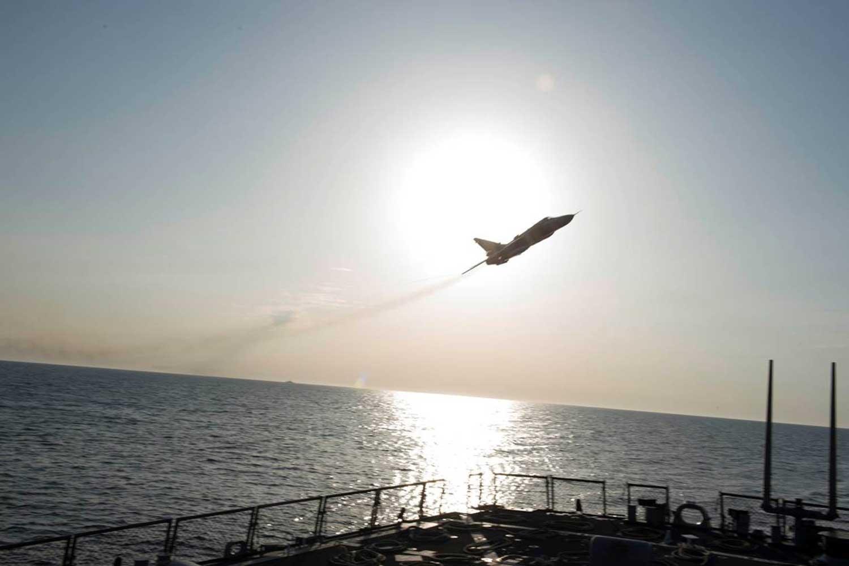 Venäläinen Suhoi-rynnäkkökone kuvattuna USS Donald Cook -sota-aluksen kannelta Itämerellä lentokoneen lentäessä läheltä sota-alusta.
