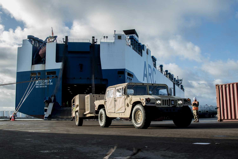 Ajoneuvoja puretaan rahtilaivasta Defender 2020 -harjoitusta varten.