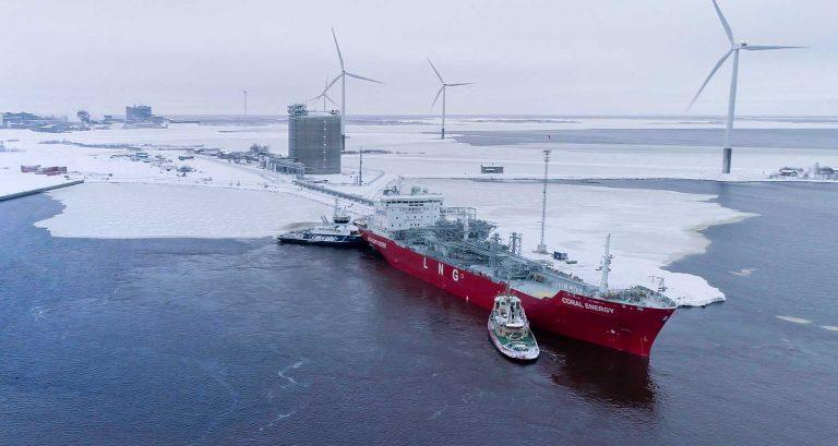 Nestemäistä nestekaasua kuljettava alus purkaa lastiaan Tornion LNG-asemalla.
