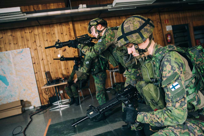 Porin prikaatin varusmiehiä ampumaradalla.
