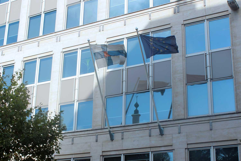 Suomen ja EU:n liput Suomen EU-edustuston edessä Brysselissä.