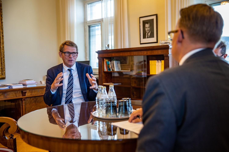 Valtiovarainministeri Matti Vanhanen Pete Piiraisen haastateltavana.