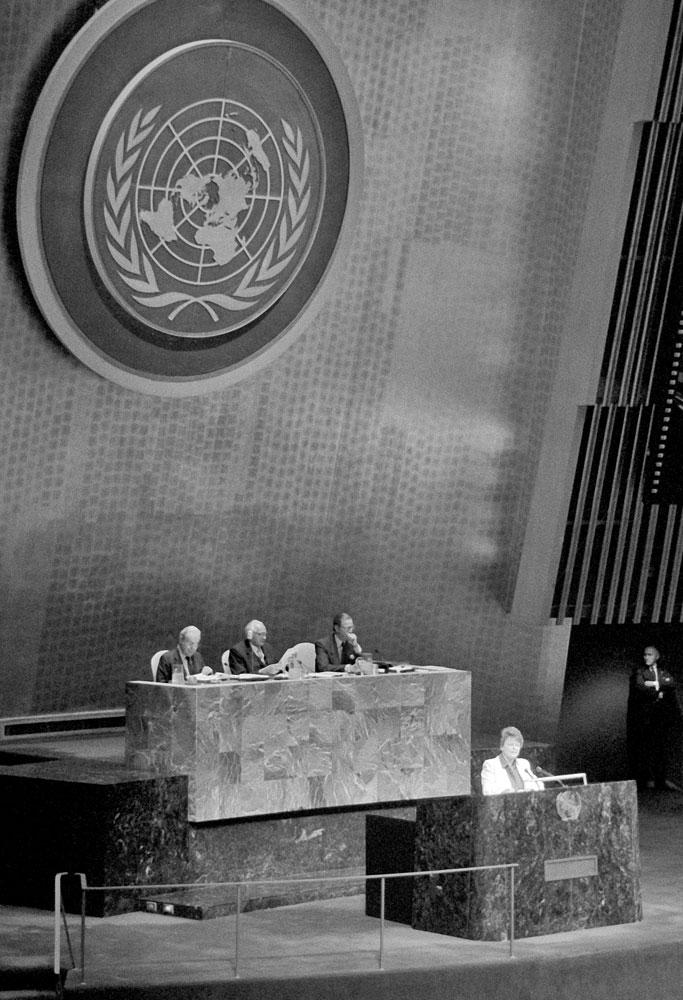 Mustavalkokuvassa Gro Harlem Brundtland puhumassa YK:n yleiskokouksessa lokakuussa 1987.