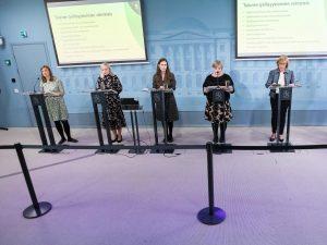 Hallituspuolueiden puheenjohtajat järjestyksessä vasemmalta oikealle: Li Andersson, Maria Ohisalo, Sanna Marin, Annika Saarikko, Anna-Maja Henriksson.