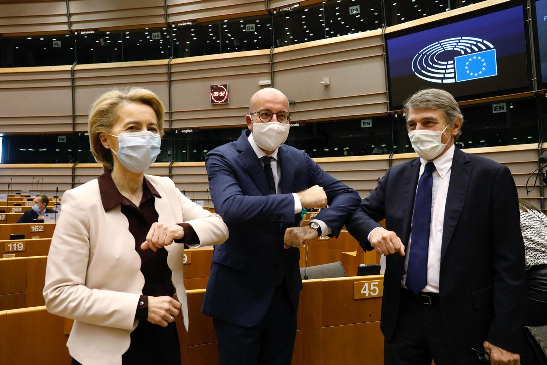 EU-elinten puheenjohtajat tervehtivät.