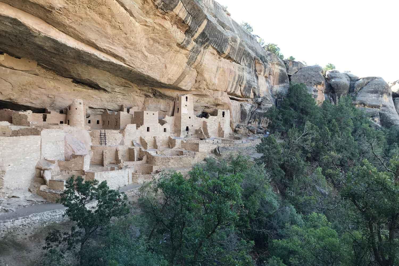 Cliff Palaceksi kutsuttu kallion kielekkeen alle rakennettujen asumusten kokonaisuus Mesa Verden kansallispuistossa.