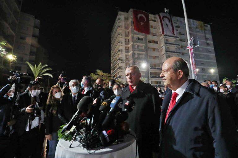 Erdogan ja Ersin Tatar median ympäröimänä pimeällä.