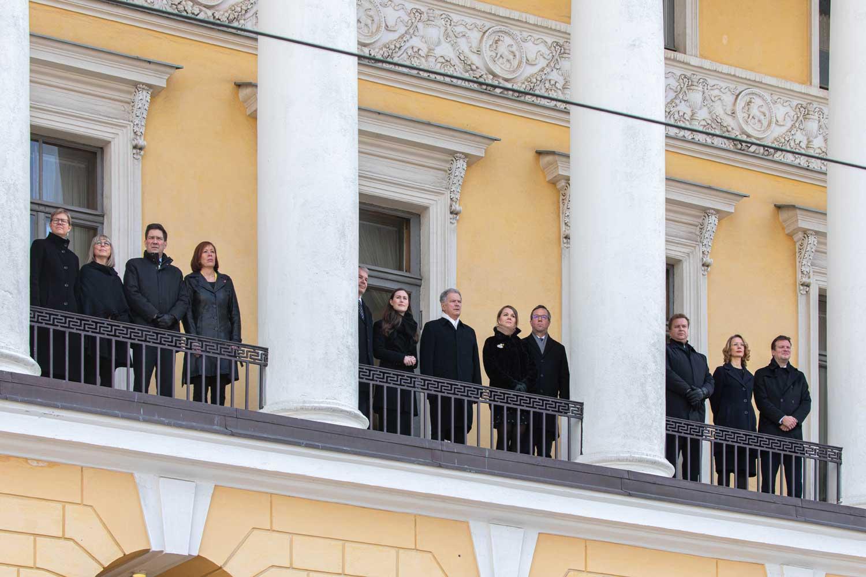 Tasavallan presidentti, valtioneuvosto ja oikeuskansleri seisovat Valtioneuvoston linnan parvekkeella ja ottavat osaa talvisodan päättymisen muistohetkeen.