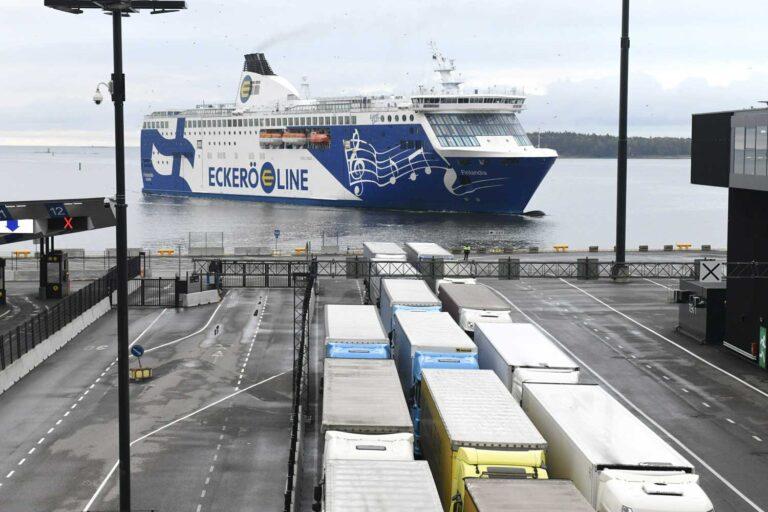 Matkustaja-autolautta saapuu Länsisatamaan Helsingissä. Rekat odottavat pääsyä laivaan.