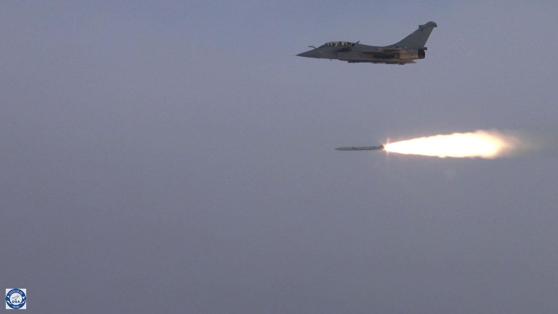 Dassault Rafale -hävittäjä ampuu ASMPA-ohjuksen.