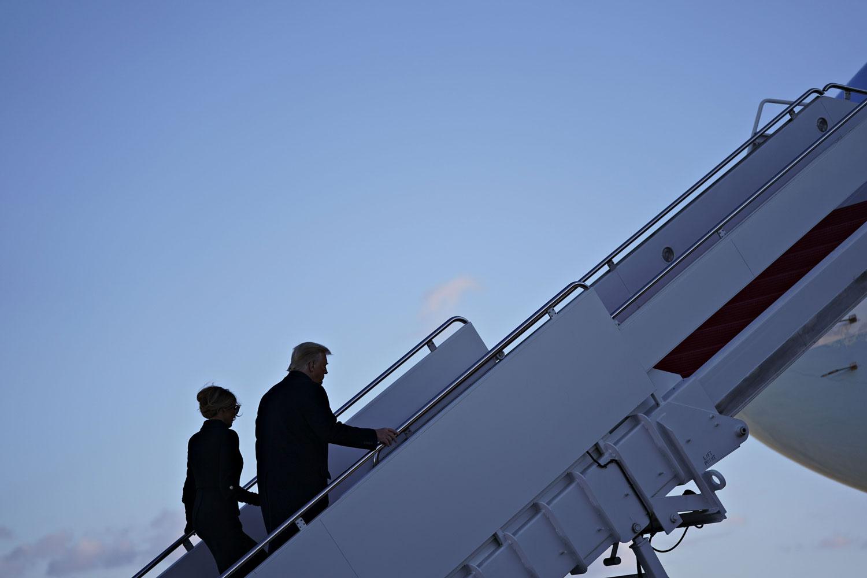 Donald ja Melania Trump nousevat Air Force One -lentokoneeseen.