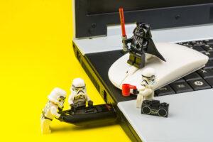 Kuvassa Darth Vader -Lego ohjaa Stormtrooper-legoja työntämään muistitikun tietokoneeseen.