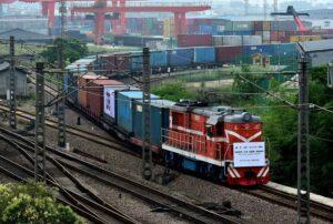 Pitkä konteilla lastattu tavarajuna lähdössä lastausasemalta Kiinan Yiwusta.