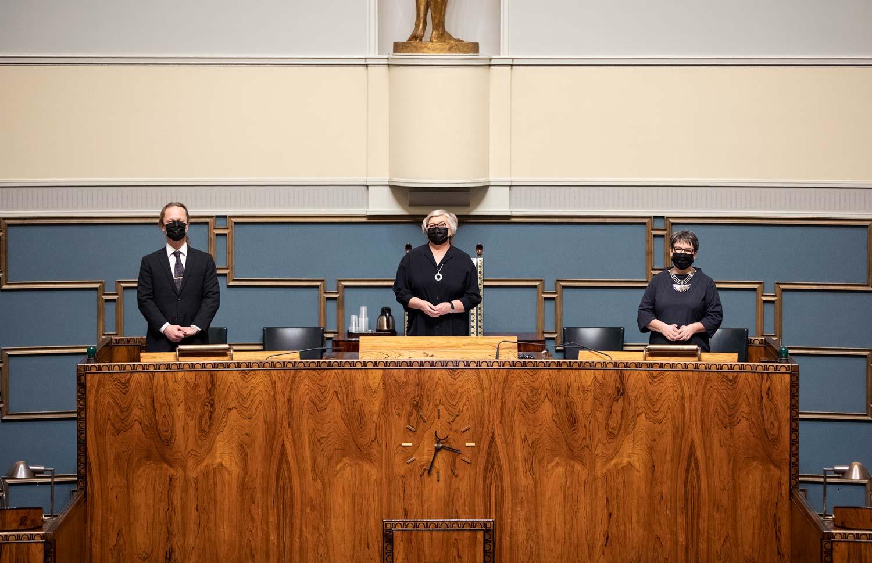 Helmikuussa 2021 valittu puhemiehistö seisoo istuntosalin edessä.