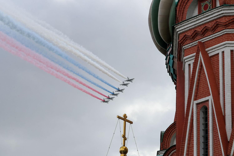 Kuusi venäläistä hävittäjää vapauttaa harmaalle taivaalle Venäjän lipun värit. Etualalla näkyy Pyhän Vasilin katedraalin torni.