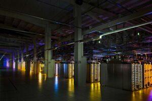 Kuvassa näkyy Googlen Haminan palvelinkeskuksen konesalista.