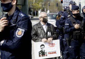 Mielenosoittaja pitää käsissään kylttiä, jossa on puolalaisen tuomarin Tuleyan kuva ja vaatimus hänen vapauttamisestaan. Hänen ympärillään seisoo poliiseja.
