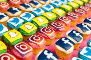 Muffineja, joiden päällä on Instagramin, Facebookin, Twitterin ja Snapchatin logoja muistuttavia koristeita.